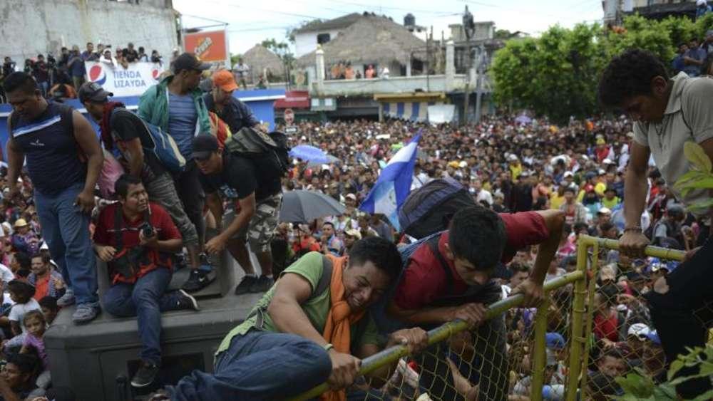 Hunderte Migranten Uberwinden Zaun An Grenze Zu Mexiko Politik