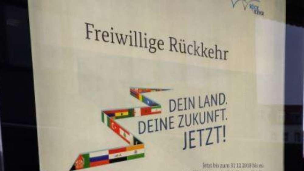 """An vielen Bahnhöfen kann man die Plakate finden:""""Dein Land. Deine Zukunft. JETZT!"""" - mit dieser Werbebotschaft will die Bundesregierung Geflüchtete zur Ausreise bewegen."""