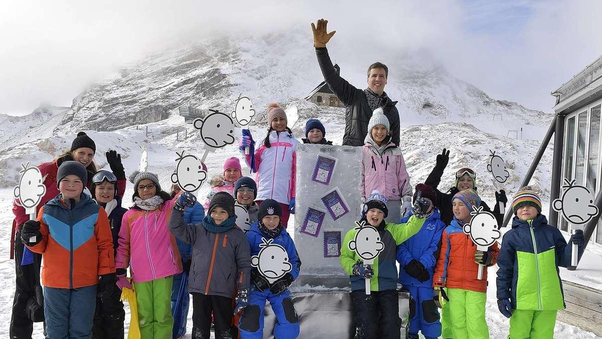 Bestsellerautor Jeff Kinney fährt mit Kindern auf die Zugspitze ...