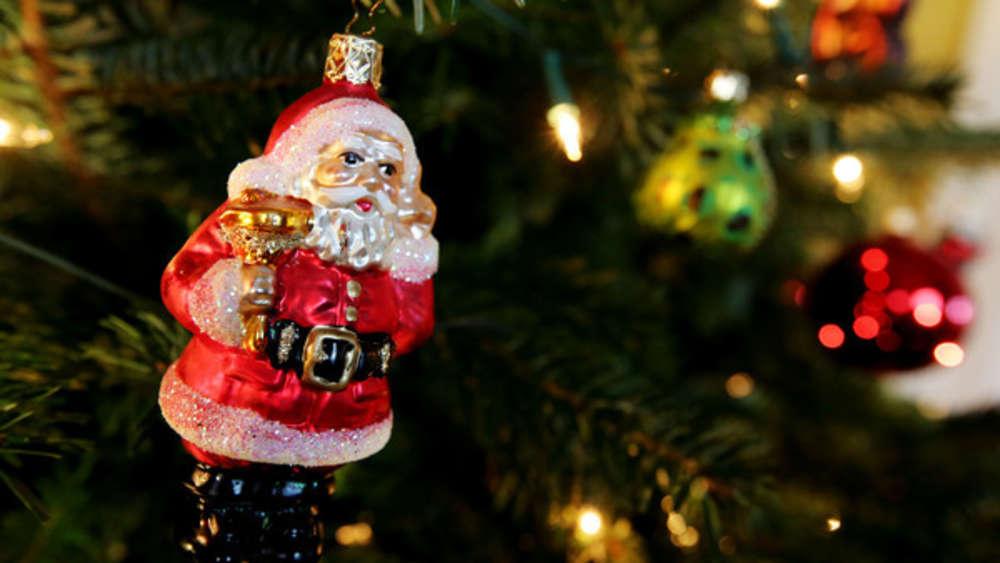 Weihnachtsfeier Mitarbeiter.Chef Bedankt Sich Bei Team Mit Einer Weihnachtsfeier Die Sich