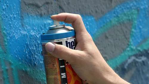 Sprayer verschandelt Hauswand mit Graffiti
