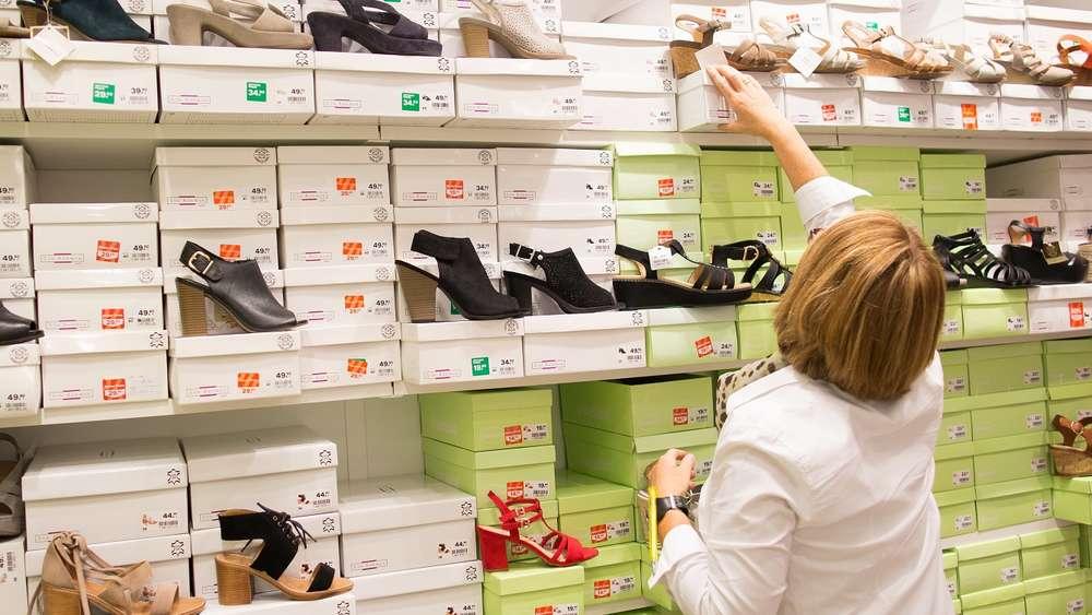50c6a6820ee99a Schuhe putzen  Warum nicht mal mit Reinigungswasser fürs Gesicht!  (Symbolbild)
