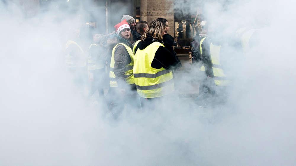 """65eb2a81c0bbb Gelbwesten""""- Proteste  Macron will Franzosen mit Steuersenkung ..."""
