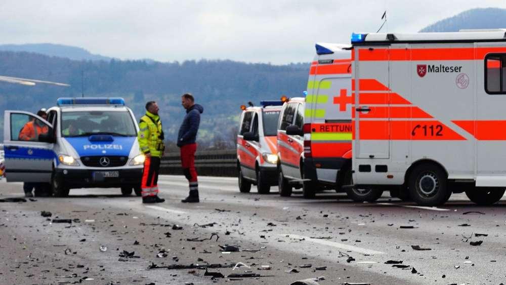 Dasingbayern Auf A8 Verunglückt Rettungswagen Bei Fahrt Zum