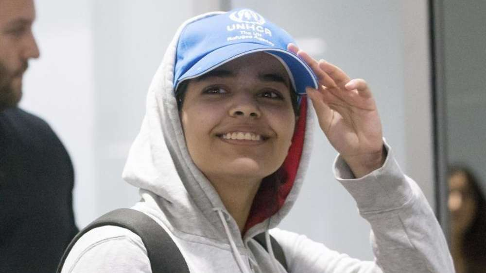Rahaf Mohammed el-Kunun kommt am Flughafen von Toronto an. Foto: Chris Young/The Canadian Press/AP