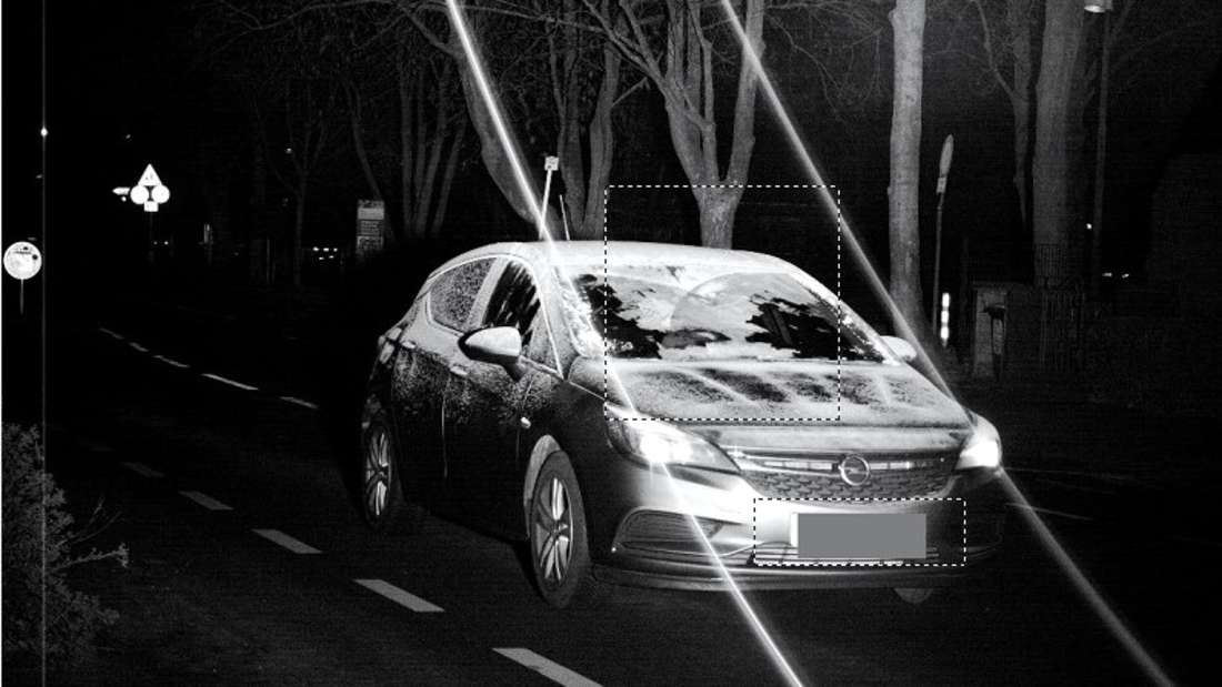 Keine Lust, die Scheibe freizukratzen und dann auch noch zu schnell unterwegs, war diese Opel-Fahrerin.