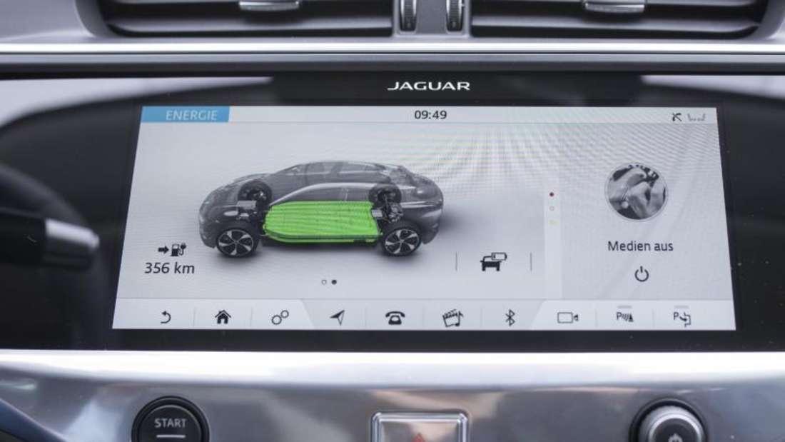 Wie weit kann er noch fahren? Die restliche Reichweite wird im Jaguar I-Pace auf einem Touchscreen angezeigt. Foto: Florian Schuh
