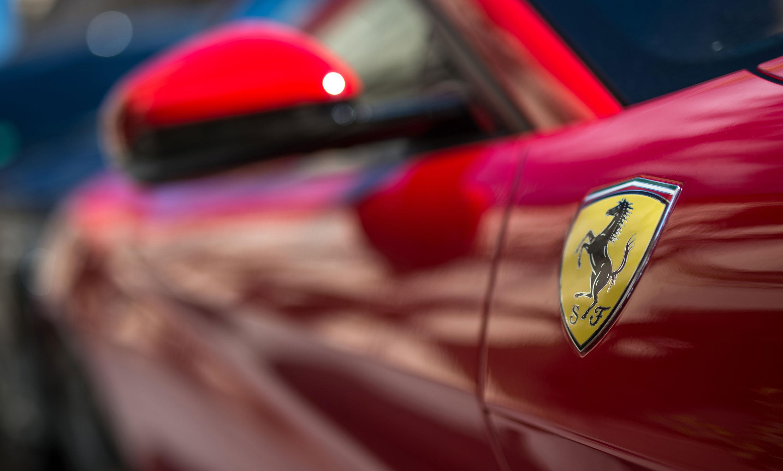 Gleich vier Ferraris rammte ein unglücklicher Lieferfahrer.