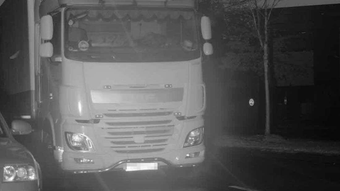 """Ist hier ein """"Geister-Lkw"""" unterwegs oder ein unglaublich schlauer Fahrer?"""