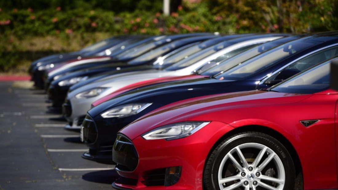 Immer wieder tauchen Videos im Netz auf, die Tesla-Fahrer beim Schlafen zeigen - mitten auf vielbefahrenen Straßen (Symbolbild).