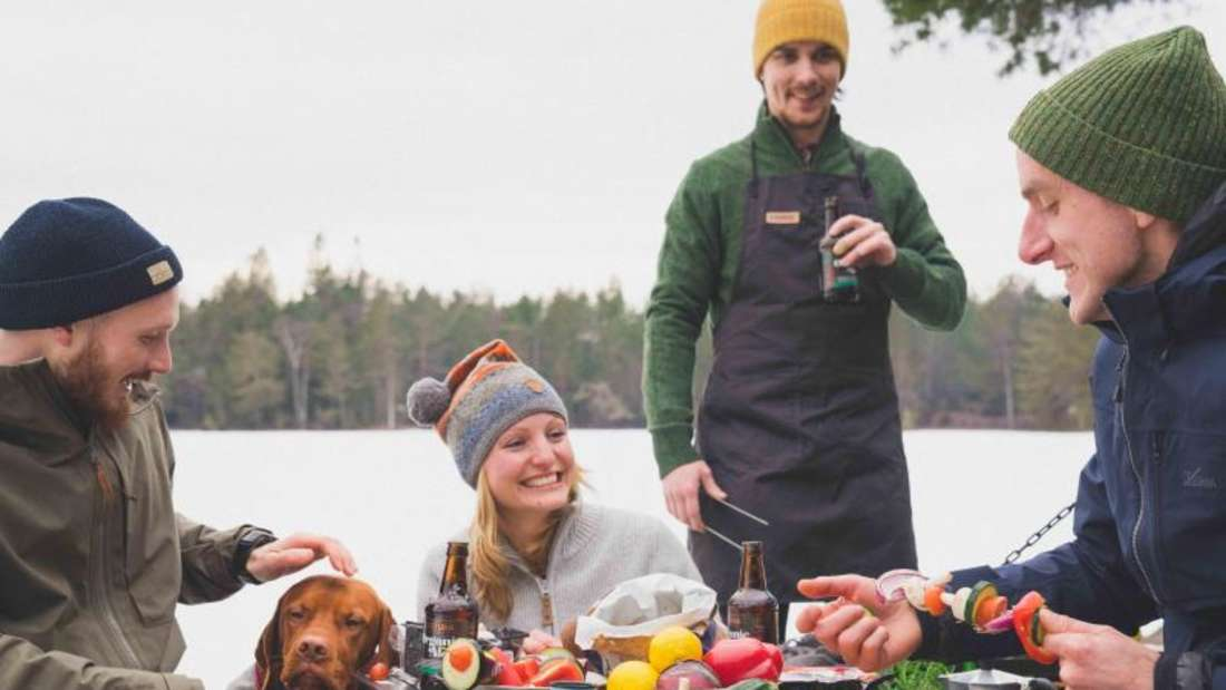 Draußen sitzen und gemeinsam essen: Damit das Spaß macht, sollten Camping-Urlauber sich gut ausrüsten. Foto: PRIMUS