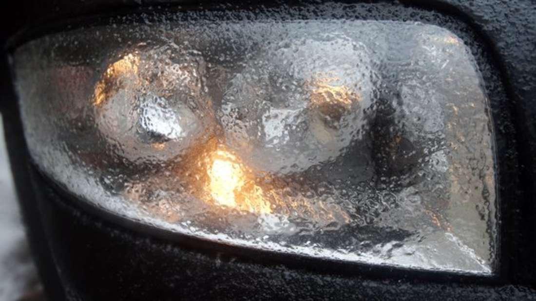 Autofahrer sollten ihre Scheinwerfer immer gut pflegen - ein Hausmittel hilft dabei.