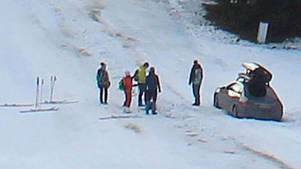 Weil ein Urlauber blindlings seinem Navi folgte, versuchte er mit dem Auto die Skipiste am Hausberg hoch zu fahren.