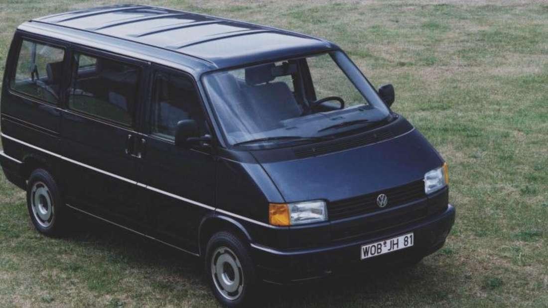 Der VW T4 kam 1990 erstmals wie ein Pkw auf den Markt - mit quer eingebautem Front- statt Heckmotor, und mit Vorderradantrieb bestückt.