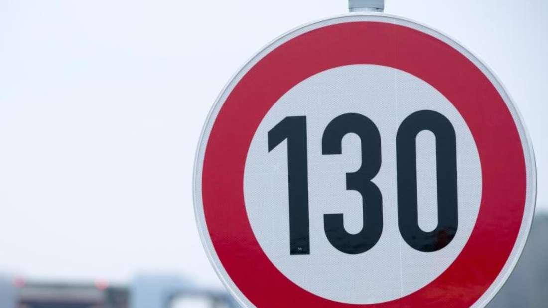 Der Umweltausschuss schlägt ein Tempolimit von 130 km/h auf Autobahnen vor. Zahlen des Öko-Instituts zufolge wären hiermit ein bis zwei Millionen Tonnen CO2-Einsparung möglich. Foto: Jens Büttner/zb/dpa