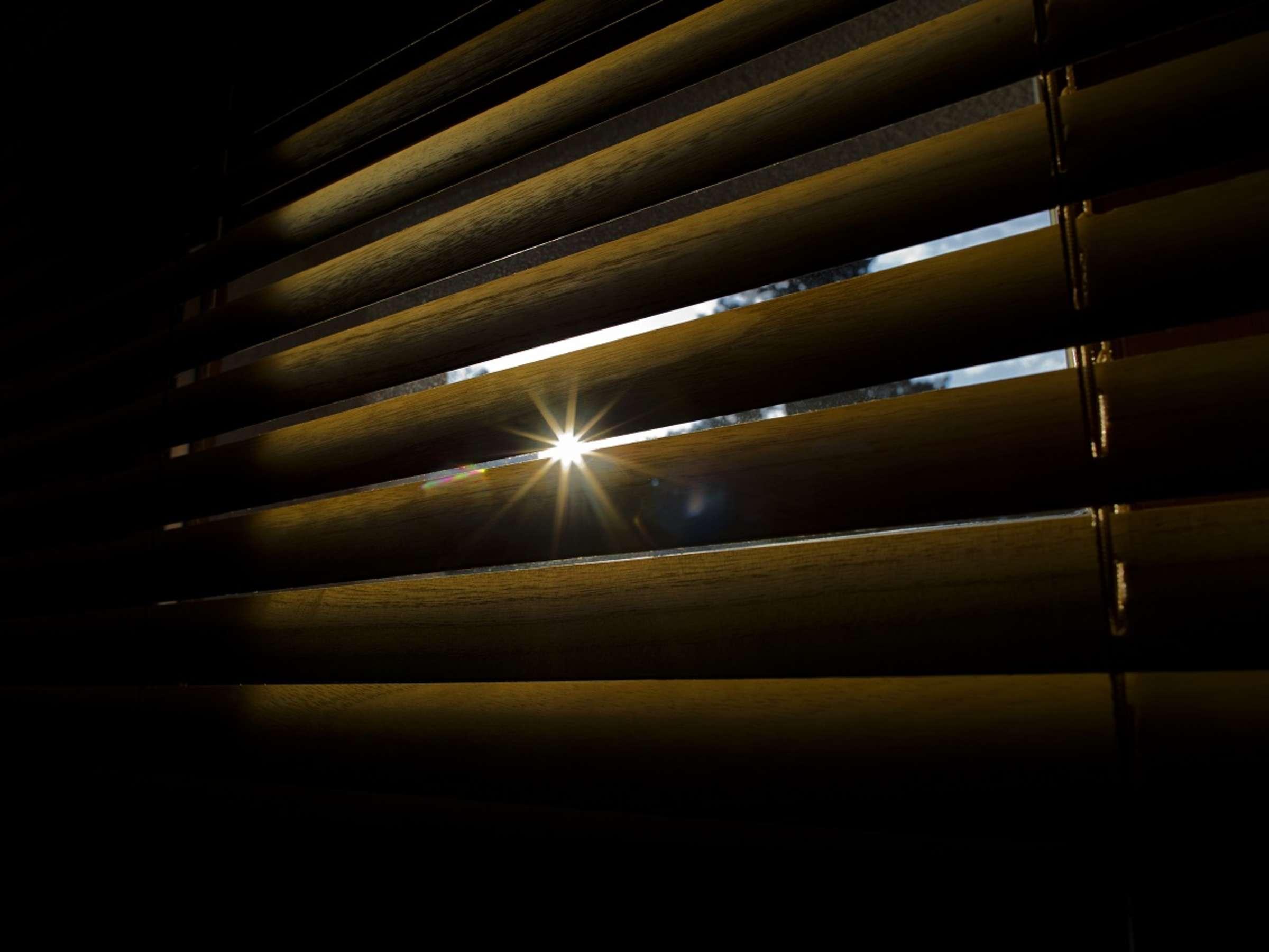 Fenster verdunkeln: So klappt es mit Rollo, Vorhang oder Folie