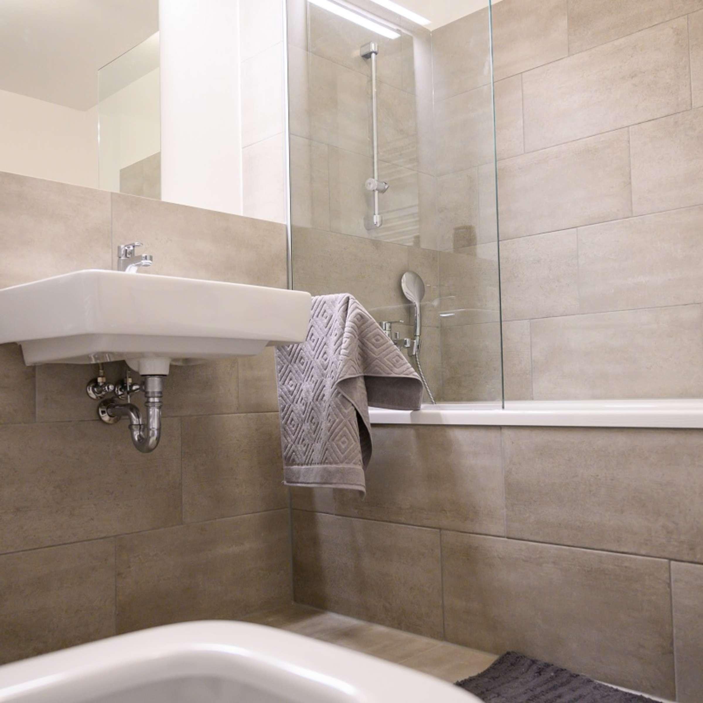 Fliesen reinigen: Das müssen Sie beim Putzen in Bad, Küche und auf