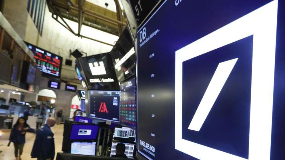 Das Logo der Deutschen Bank in der New York Stock Exchange. Foto: Richard Drew/AP/dpa