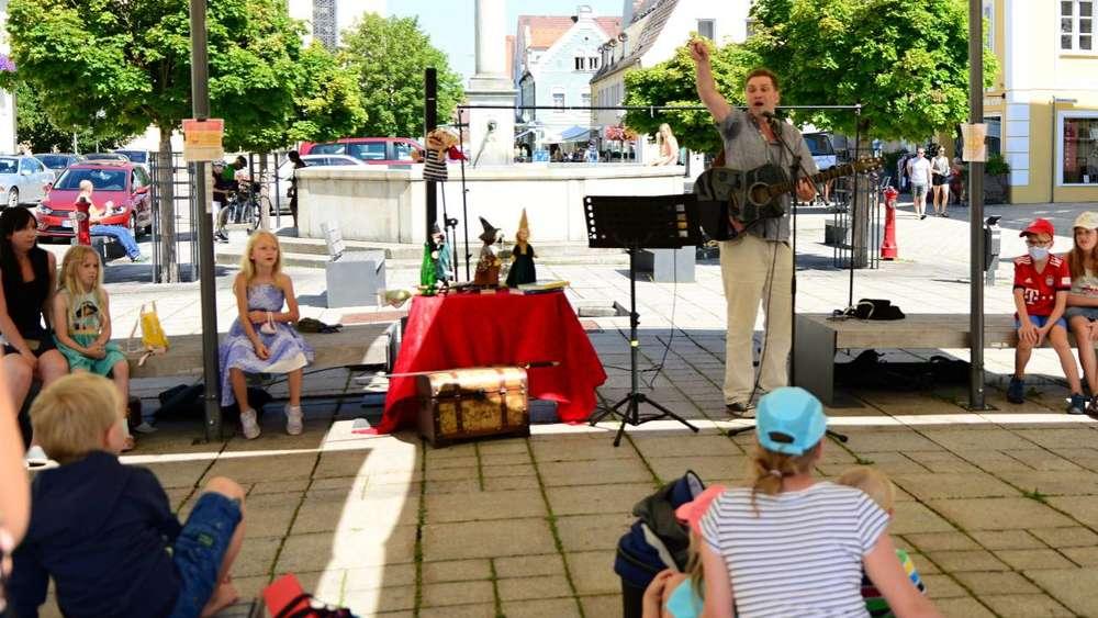 """Diesmal nicht als Autor, sondern als Liedermacher präsentierte sich der Schongauer """"Henkerstochter""""-Autor Oliver Pötzsch auf dem Marienplatz in Schongau."""