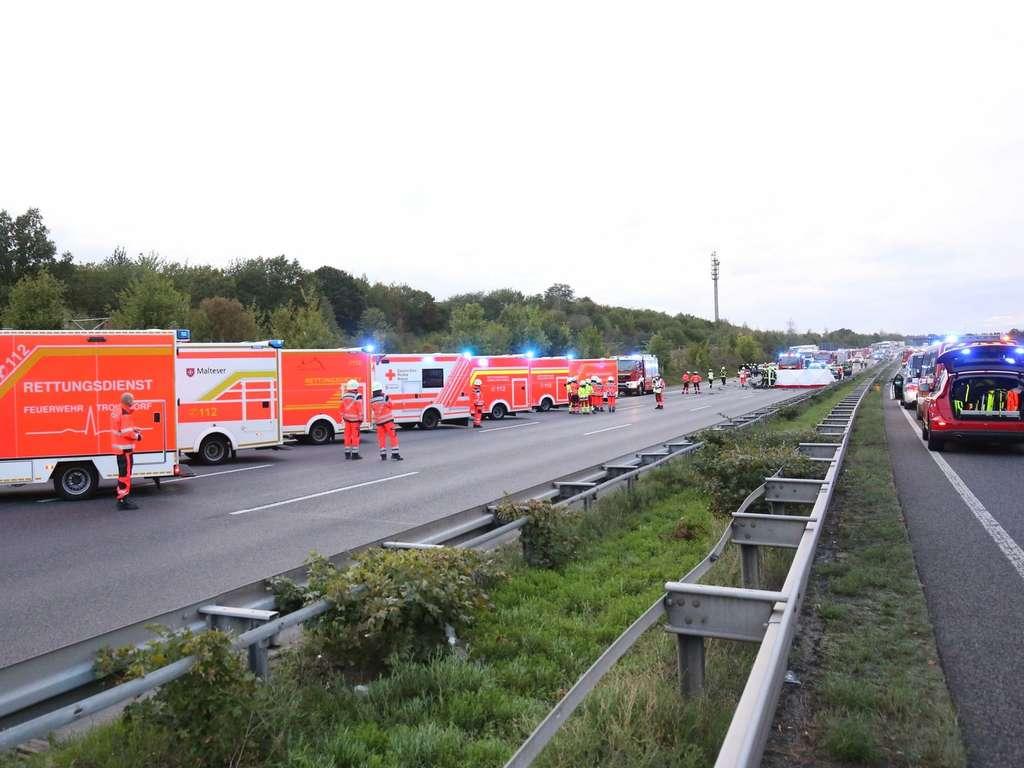 Horror Unfall A3 Vw Polo Rast Frontal In Mercedes Und Fordert Prominentes Todesopfer Die Welt Steht Still Welt