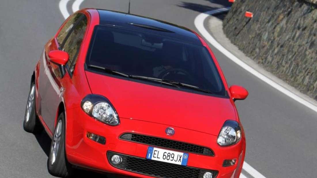 Rot wie ein Ferrari: Der kleine Fiat Punto steht für italienische Mobilität zu kleinen Preisen. Foto: FCA Group/dpa-tmn