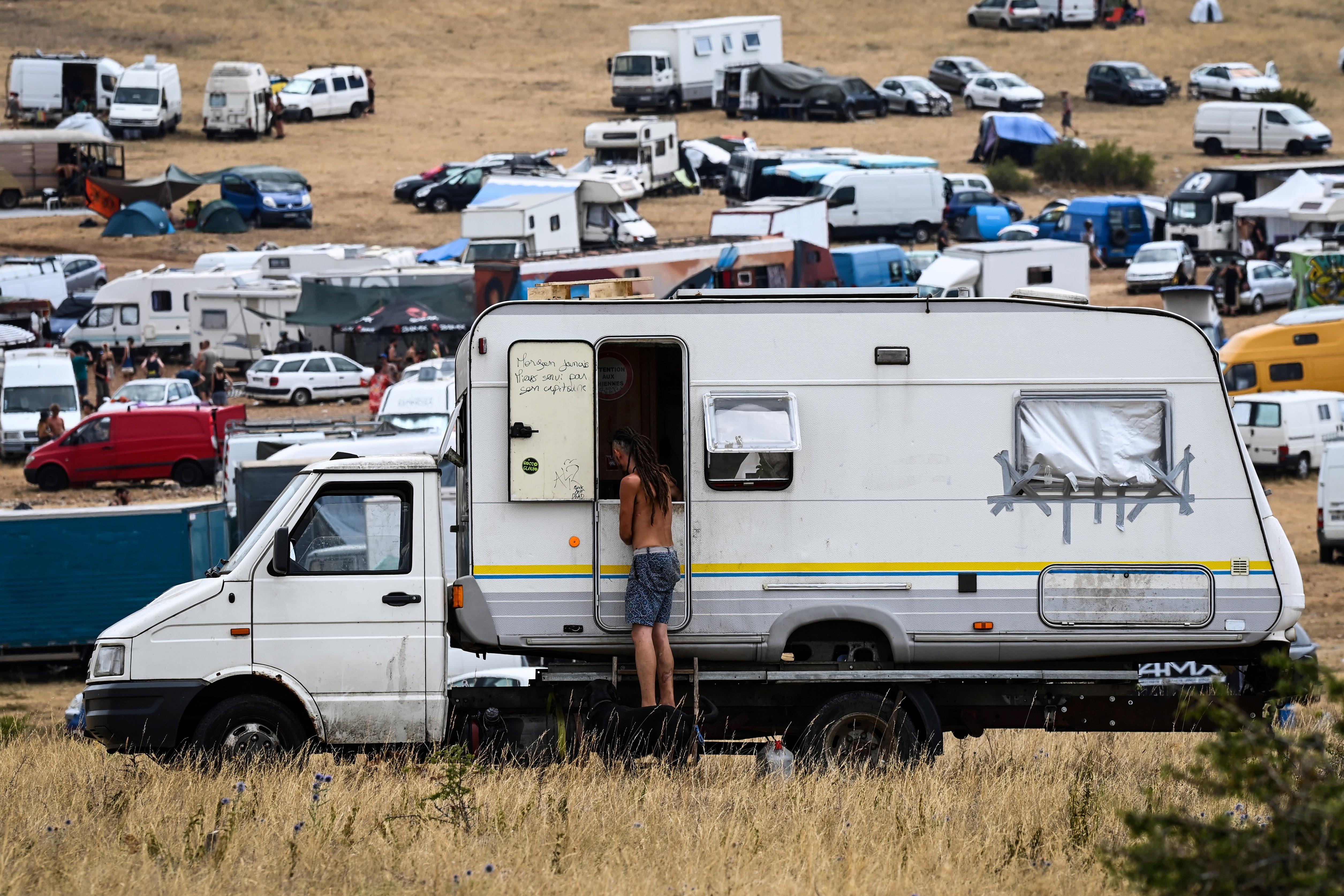Viele Wohnmobile und Wohnwagen auf einem Campingplatz