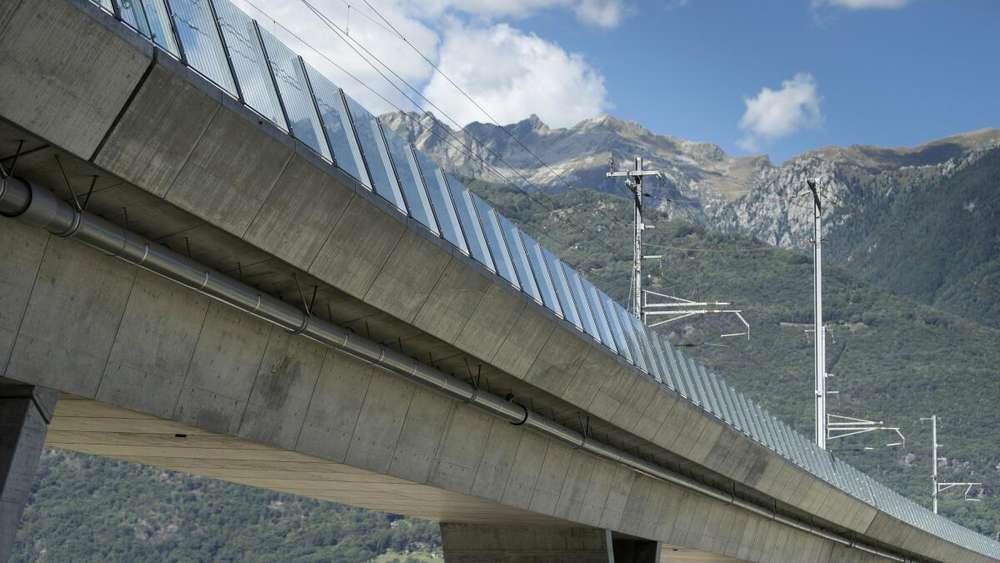 Schweiz, Camorino: Die zum Ceneri-Basistunnel führende Bahnbrücke.
