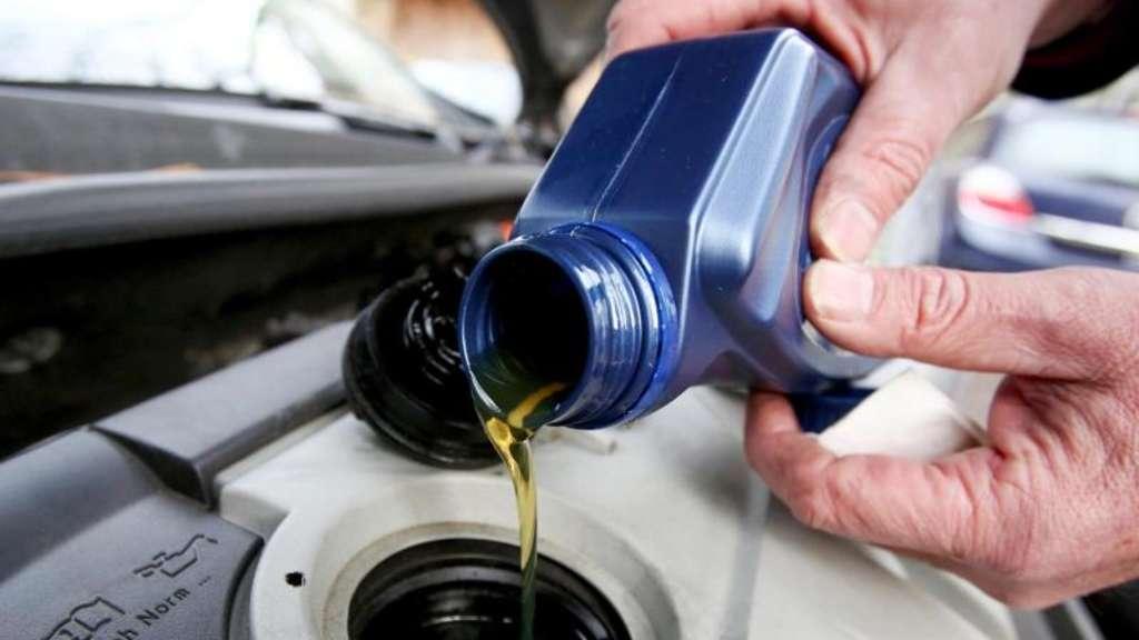 Fehlt was? Gut, wenn Autofahrer dann ein Gebinde mit dem passenden Öl im Kofferraum dabei haben. Foto: Bodo Marks/dpa-tmn