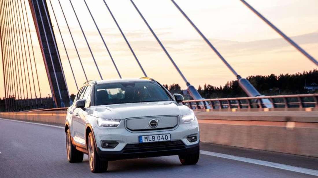 Modifiziertes Design: Das Volvo-Modell P8 Recharge unterscheidet sich vom konventionellen XC40 nicht nur durch den Antrieb, sondern etwa auch durch den geschlossenen Kühlergrill. Foto: Volvo/dpa-tmn