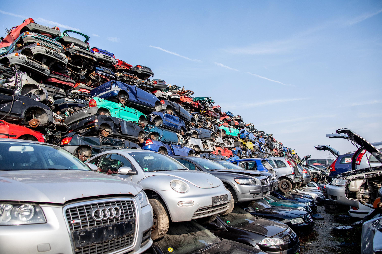 Ein Schrottplatz mit vielen Autos.