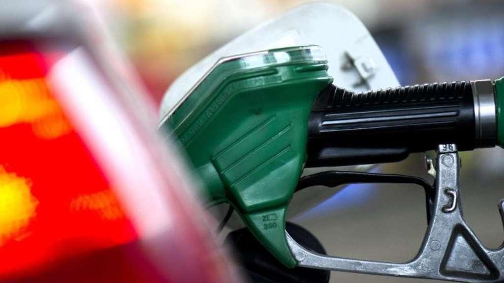 Auf die Abschaltautomatik beim Tanken ist in der Regel Verlass. Wer versucht, noch mehr Sprit in den Tank zu bekommen, riskiert, dass Kraftstoff überschwappt. Foto: Arno Burgi/dpa-Zentralbild/dpa-tmn