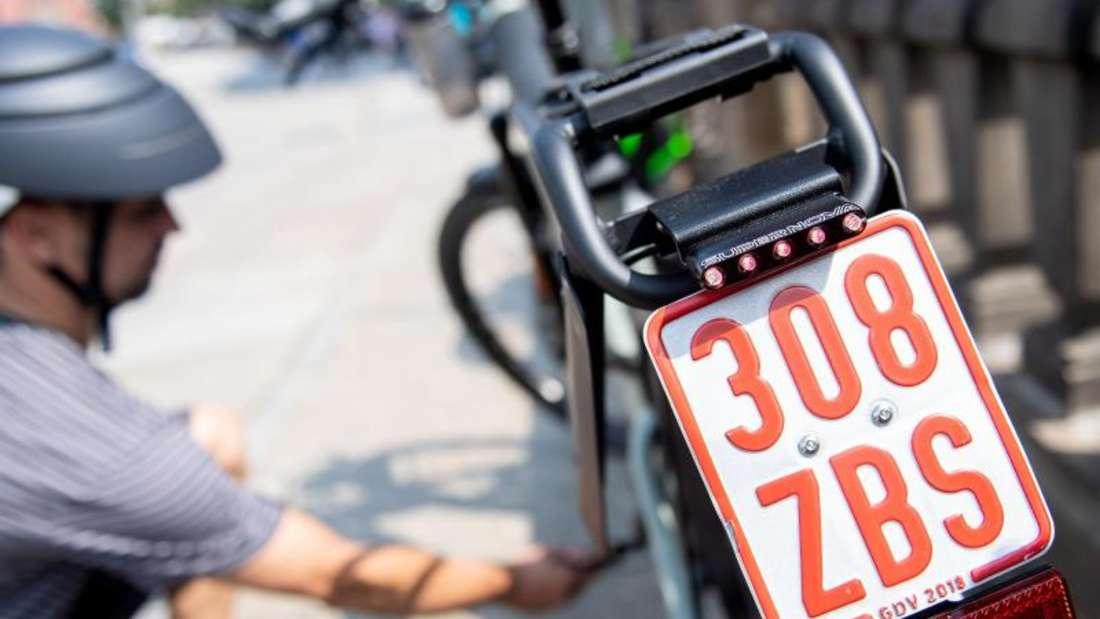 Manchmal ist die Pannenhilfe fürs Fahrrad für Mitglieder eines Autoclubs inklusive: Beim ADAC ist das aber nur bei Zweirädern mit Versicherungskennzeichen der Fall. Foto: Zacharie Scheurer/dpa-tmn