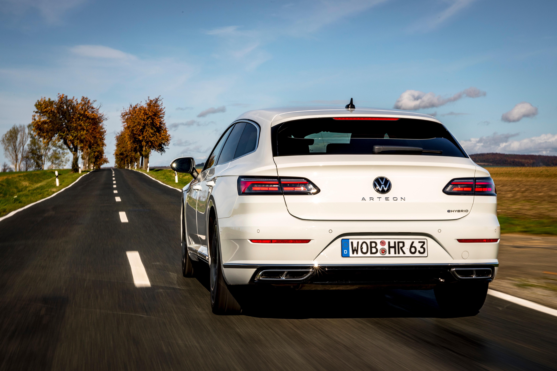 Als Hybridfahrzeug powert der Arteon mit der Kraft der zwei Herzen. 218 PS ziehen den 1,7-Tonner unter acht Sekunden von 0 auf 100.