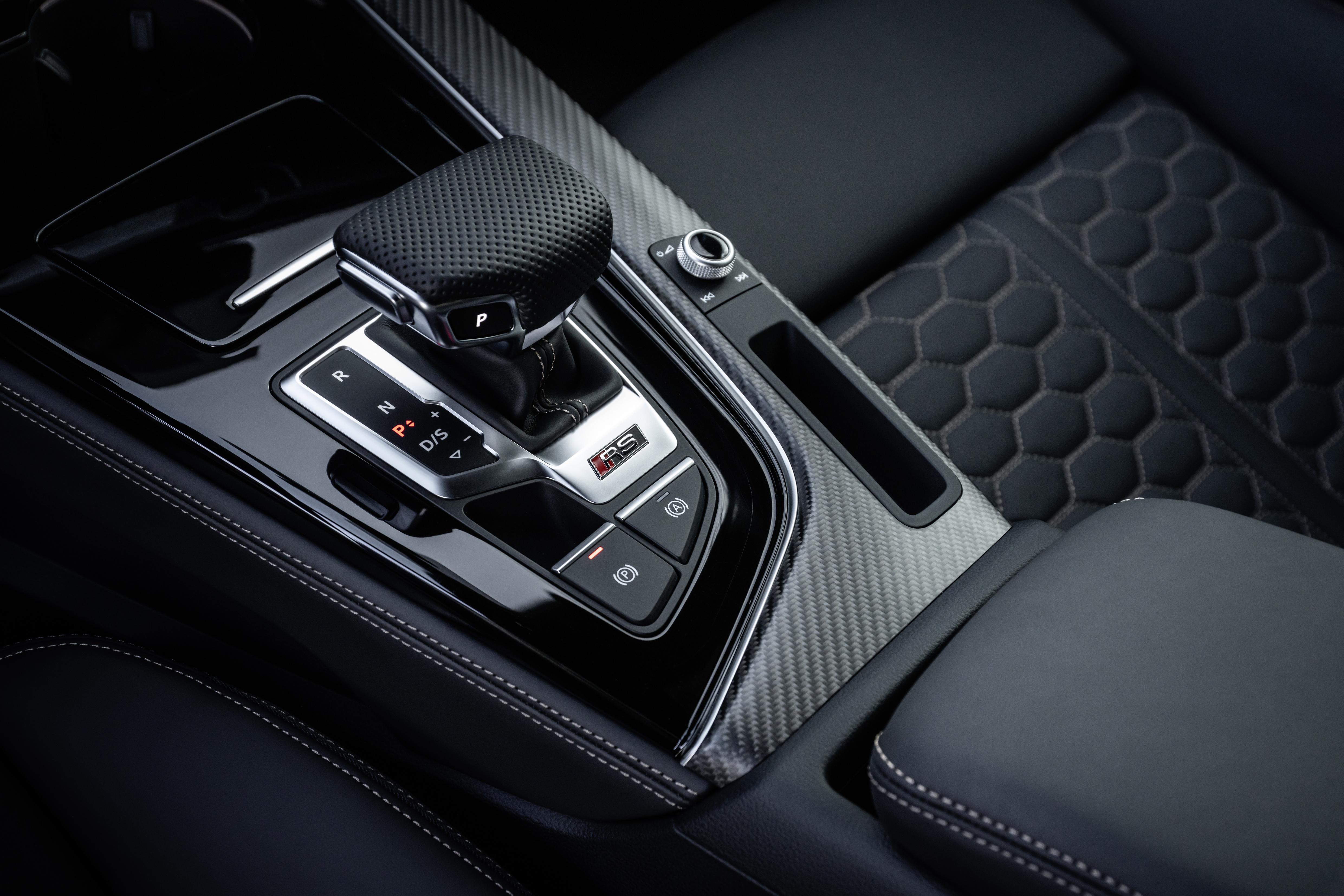 Mit Carbon-Einlagen und Ziernähten, auf Wunsch auch in Racing-Rot, lässt sich das Interieur des RS 5 individualisieren.