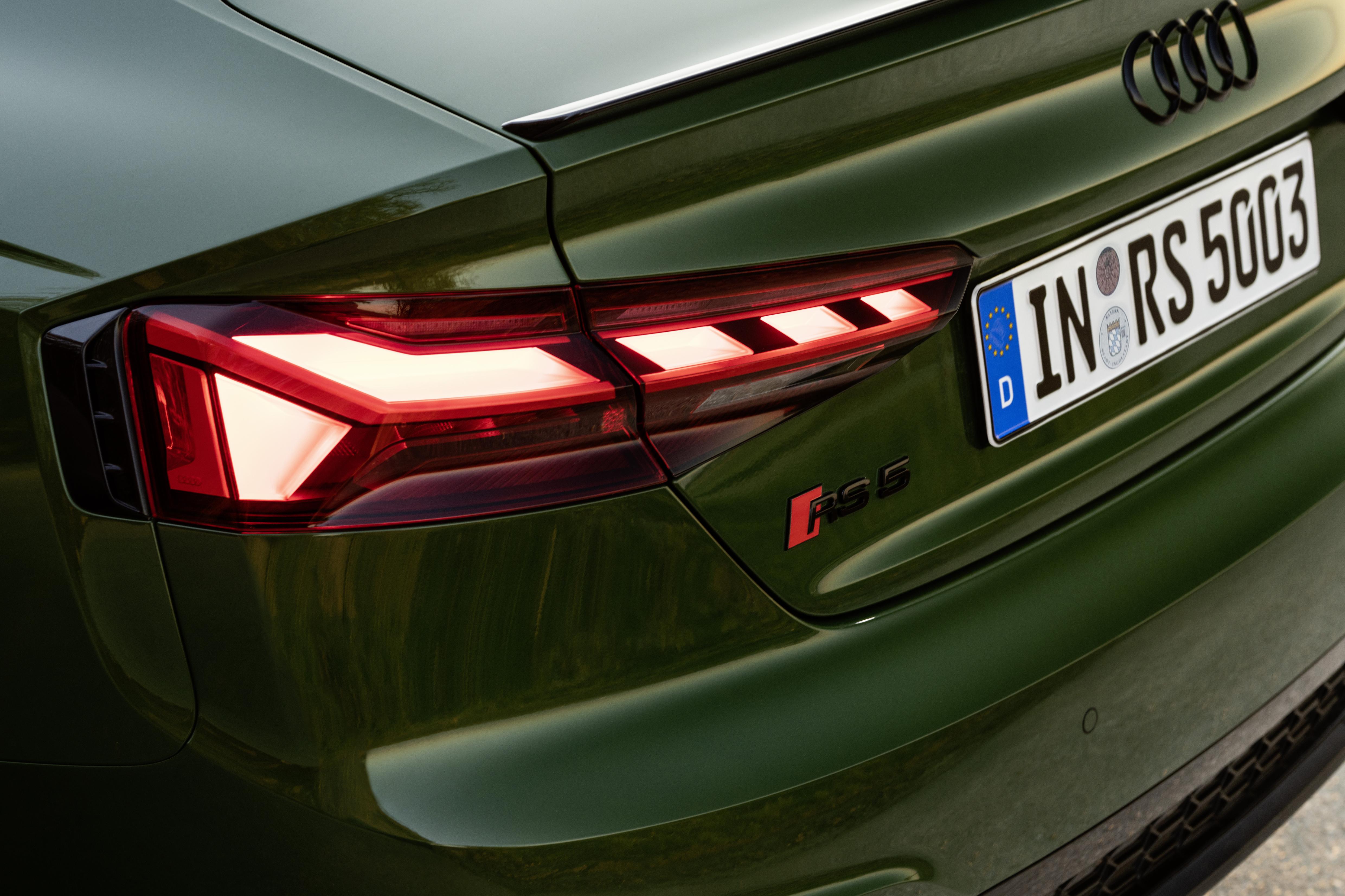 Einzelne LEDs bei den Heckleuchten  lockern die Front des Sportbacks auf. Dezent weist der Schriftzug RS 5 darauf hin, dass es sich hier um einen besonderen Sportwagen handelt.