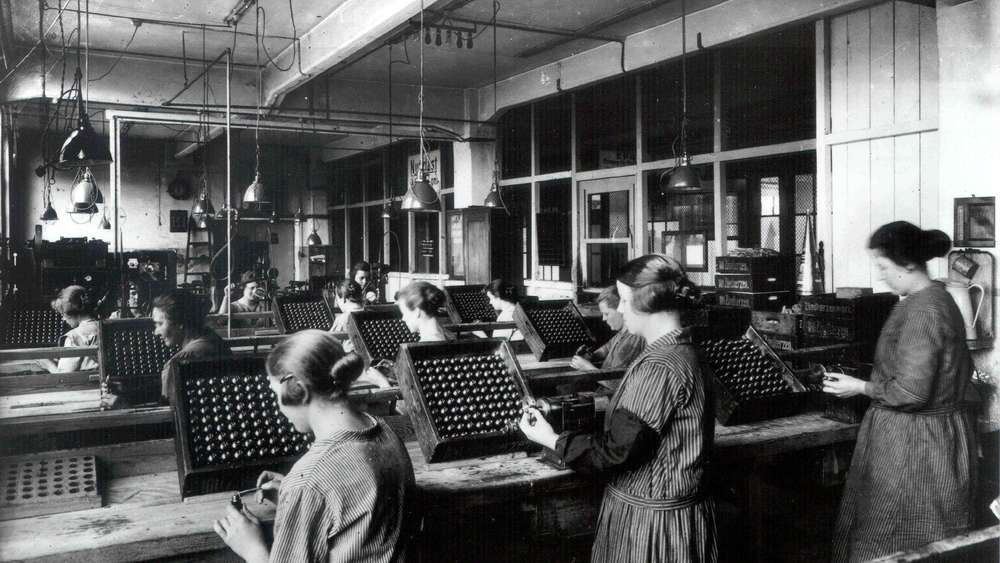 Historische Fertigung von Bosch-Zündkerzen in Stuttgart durch weibliche Mitarbeiterinnen.