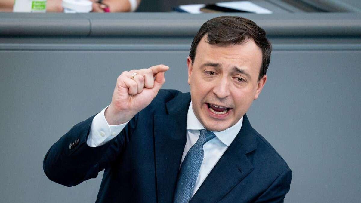 """CDU wirft Grünen Verbreitung von Verschwörungstheorien vor - Baerbock-Politik """"Gift für den Aufschwung"""""""