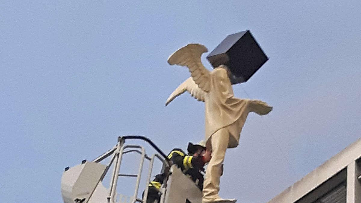 Passantin bemerkt sehr schrägen Engel auf Münchner Dach - Feuerwehr verhindert Schlimmeres